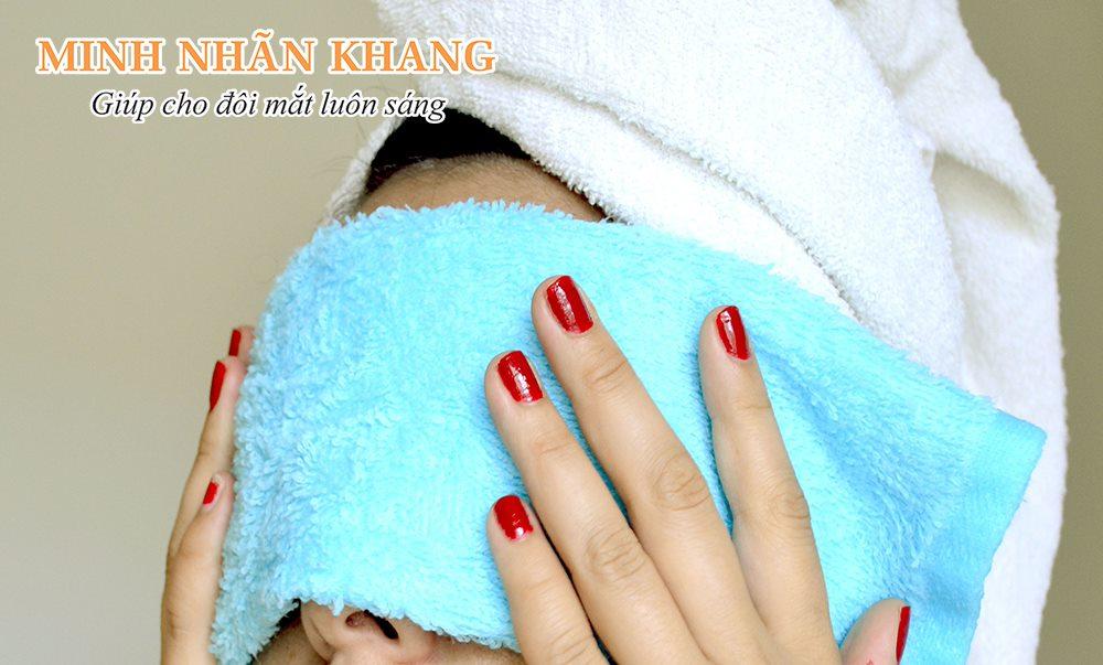 Chườm nóng - cách chữa khô mắt dân gian đơn giản, dễ thực hiện